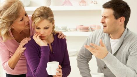 Khổ sở vì mẹ đẻ và chồng không muốn nhìn mặt nhau